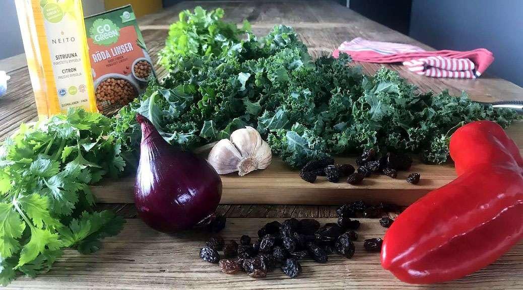 Thaimausteinen lehtikaali-paprika-linssi-salaatti