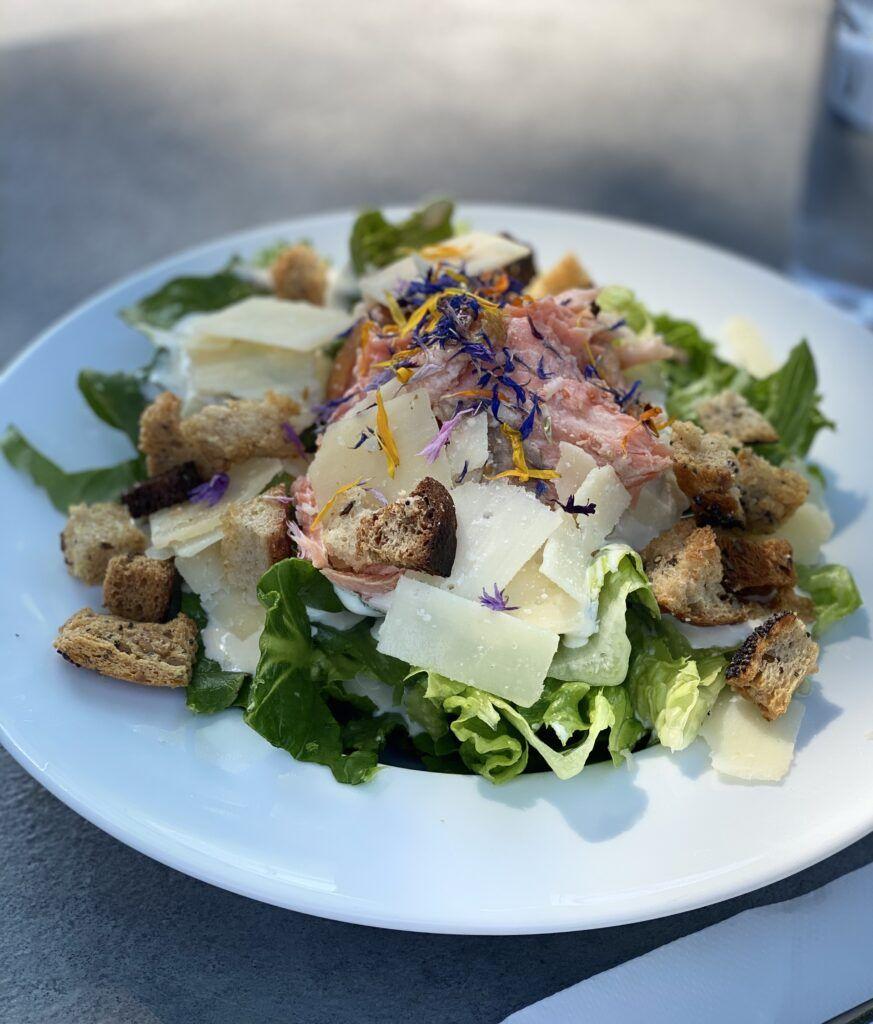 Savulohi caesar salaatti