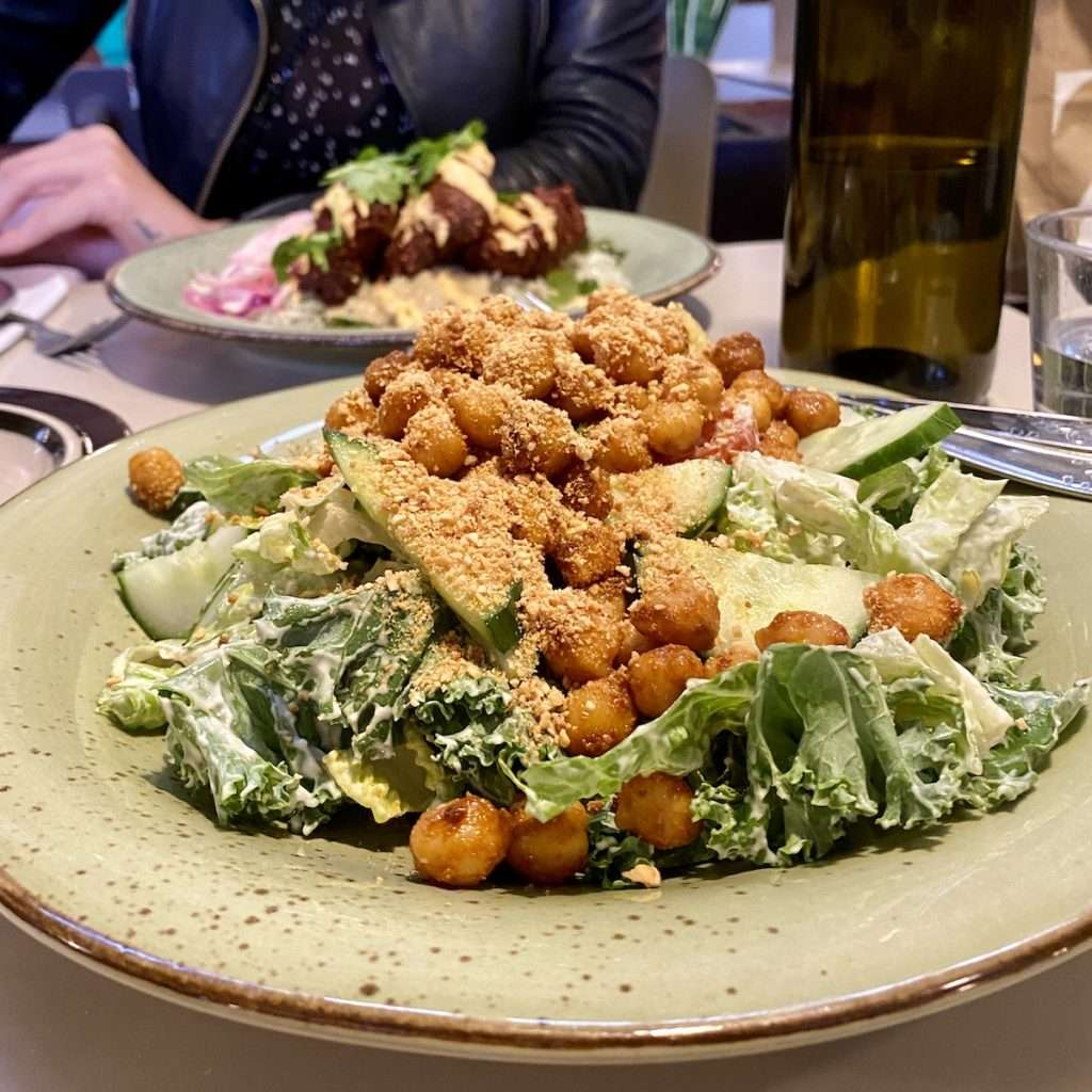 Kikherne-caesar salaatti