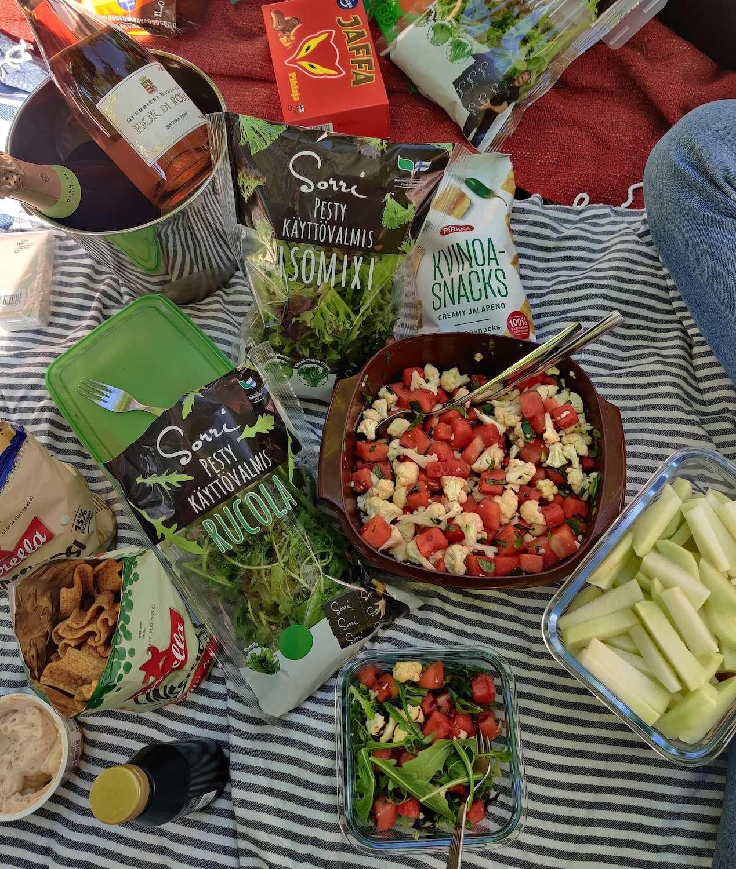 Vesimeloni-kukkakaalisalaattia, kyssäkaalia, linssisipsejä ja muita piknik-herkkuja